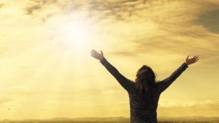 空 自由 幸福 安心 祈り オープンアーム 称賛 希望 平和 静けさ 女性 黄色の空 安らぎ